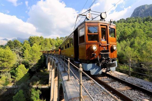 El Tren de Sóller a su paso por el puente 'Cinc Ponts'.