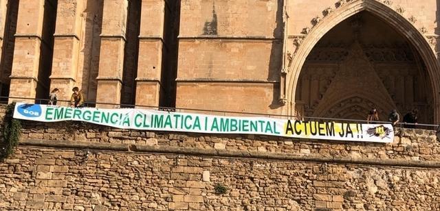 El GOB despliega una pancarta por la emergencia climática ante la Catedral, para exigir al Govern un plan de choque con dotación presupuestaria y medidas concretas (Foto: GOB)