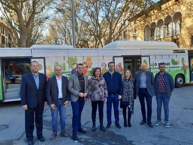 La presidenta del Govern, Francina Armengol, y el alcalde de Palma, José Hila, presentan la nueva flota de buses de la EMT (Foto: Ajuntament de Palma)