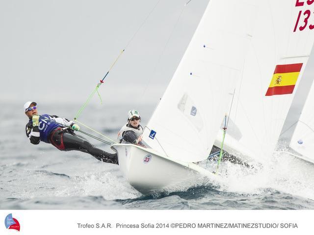 Una de las instantáneas más vibrantes de una embarcación de vela olímpica con sus tripulantes en plena competición