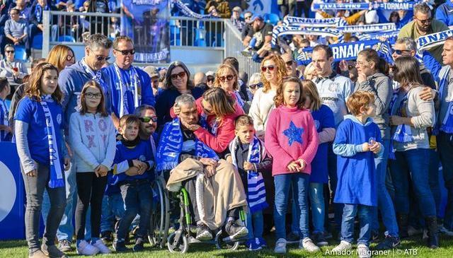 La plantilla del Atlético Baleares posando con Xavi Delgado el pasado domingo (Foto: Amador Magraner ATB)