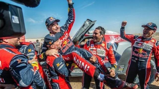 Sainz celebra su tercer triunfo en el Dakar