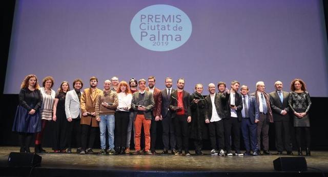 Los galardonados, con las autoridades al final de la gala (Foto: Cort)