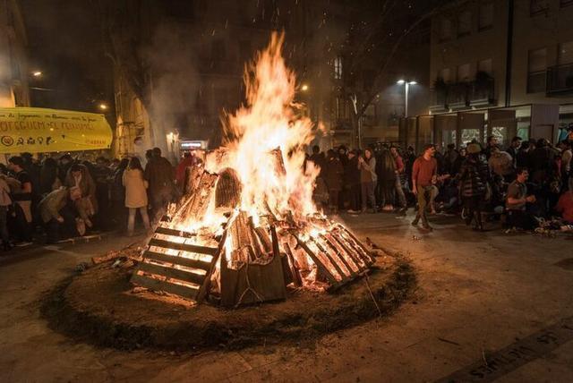 El acto del encendido de los foguerons y el baile popular se hará en la plaza de la Virreina con las ximbombes y los glosadors de sa Pobla