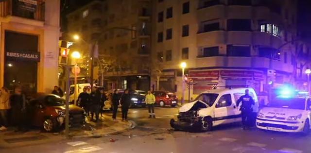 El conductor de un vehículo se ha botado un semáforo al cruce de calle Balmes con la plaza Fleming y ha topado con un coche que circulaba correctamente