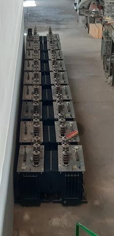 Llamativa imágen de un numeroso grupo de transformadores preparados para ser instalados