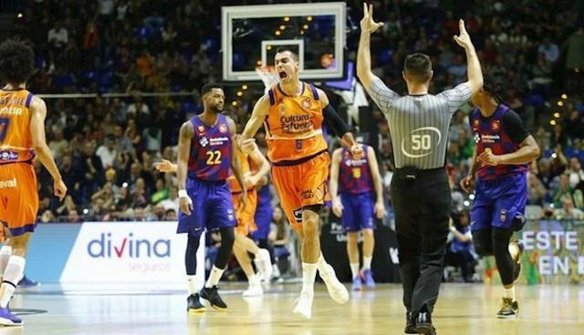 Abalde celebra una canasta del Valencia Basket
