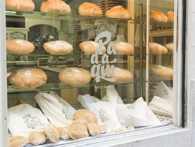 Escaparate de una panadería adherida al sello 'Pa d'aquí' (Foto: CAIB)