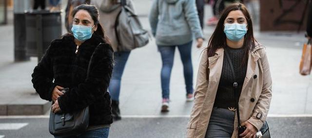 Dos chicas con mascarillas en Barcelona (Foto: EP)
